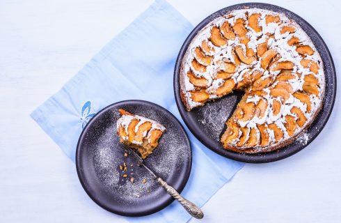 La ricetta della torta con pesche e amaretti da fare con il Bimby