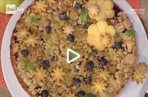Torta di mele e mirtilli con crumble aromatico della Prova del Cuoco: la video ricetta