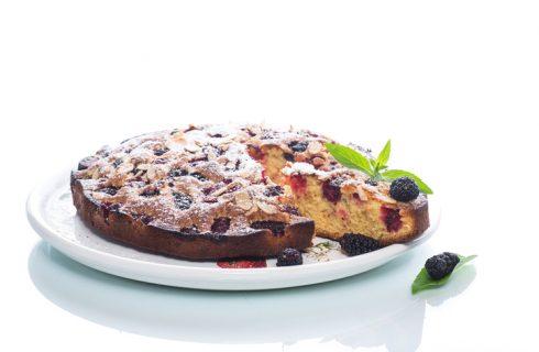 La ricetta della torta soffice alle more perfetta per la colazione
