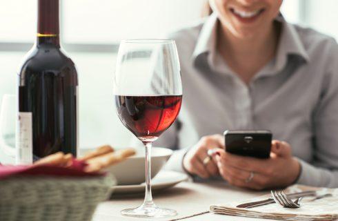 Dipendenza da smartphone: le iniziative dei ristoratori contro il phubbing