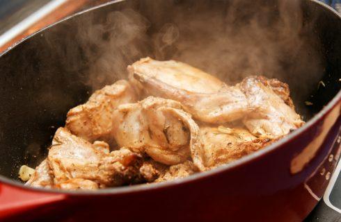 La ricetta del coniglio alla ligure nella pentola a pressione