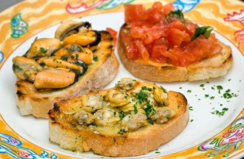 I crostini con le vongole in salsa verde con la ricetta semplice