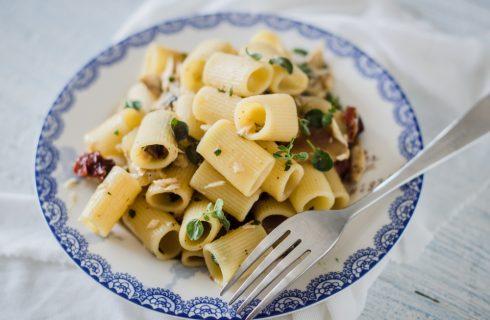 Mezze maniche branzino ed erbe aromatiche, per una cena leggera e profumata