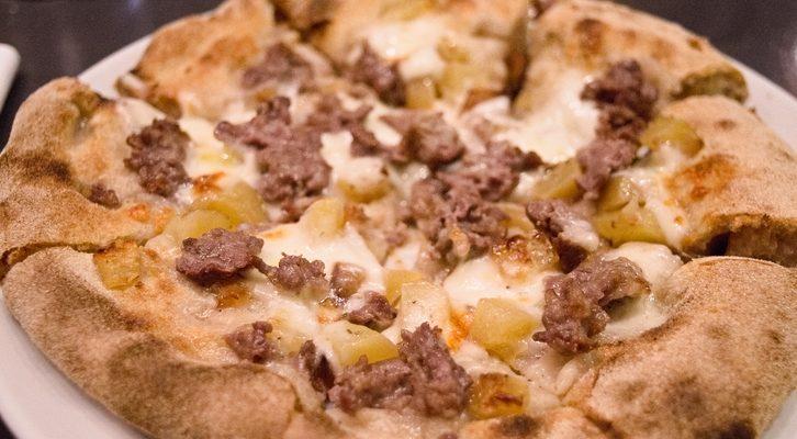 La pizza con patate e salsiccia con la ricetta saporita