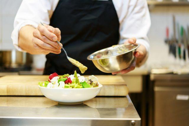chef prepara un piatto