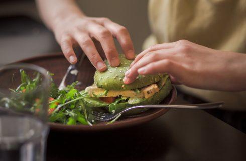 Mangi vegano al ristorante? Attento alle calorie!