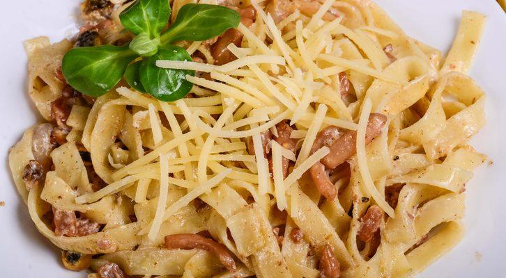 Le tagliatelle con chiodini e pancetta, il primo piatto d'autunno