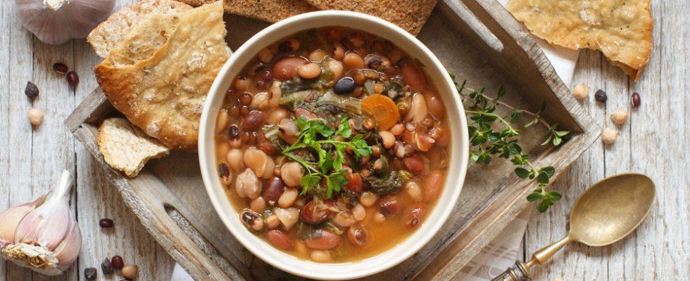 Zuppa di fagioli misti, un comfort food autunnale a base di legumi