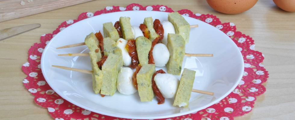 Bimby: spiedini di frittata al basilico con mozzarelline e pomodori secchi