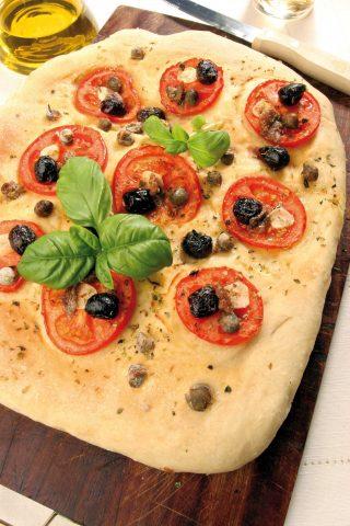 Bimby: ecco la focaccia con pomodoro, olive e capperi