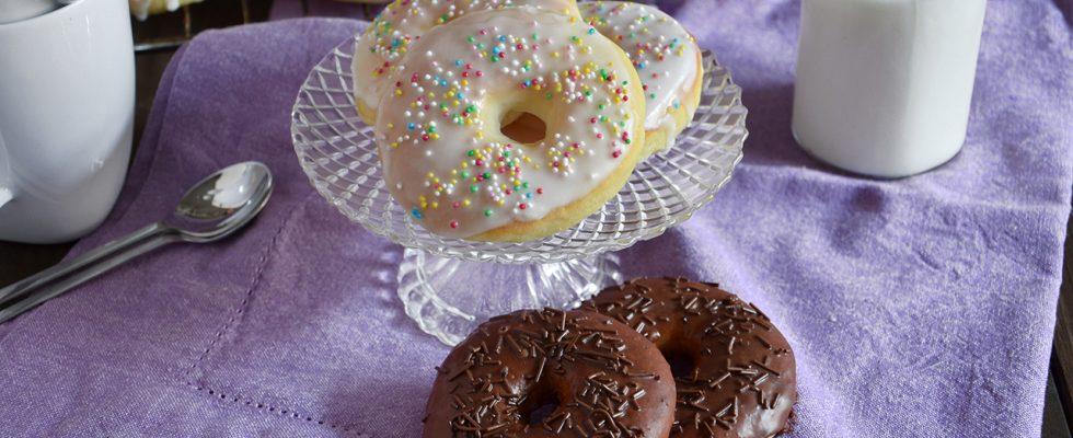 Donuts al forno, le ciambelle glassate in stile americano