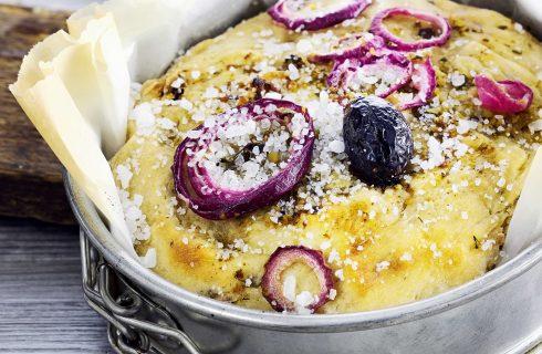 Focaccia con cipolle e olive da preparare in casa con il bimby