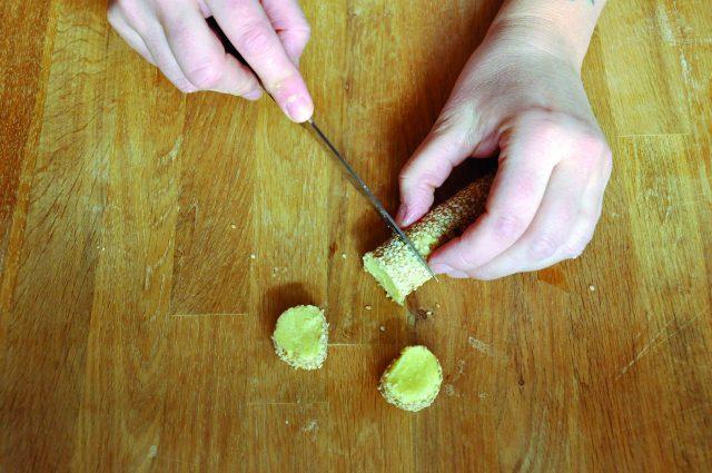 biscotti-al-sesamo-con-mousse-di-ceci-a950-6