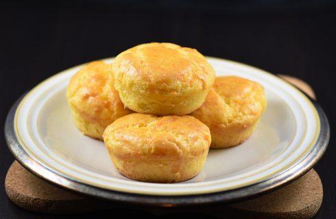 I muffin salati con farina di ceci perfetti per l'aperitivo