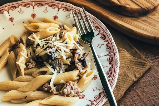 La pasta con radicchio e verza, la ricetta del primo piatto vegetariano