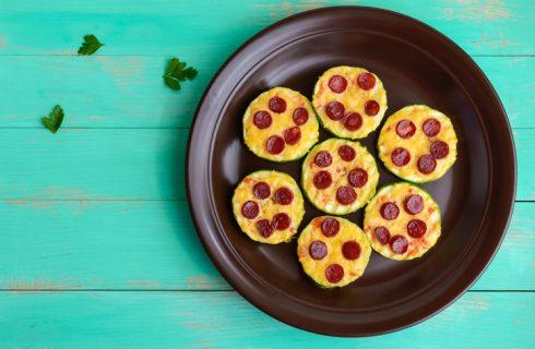 Come fare le pizzette di zucchine perfette per l'aperitivo