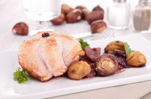 Il pollo con castagne e funghi per un secondo piatto allettante