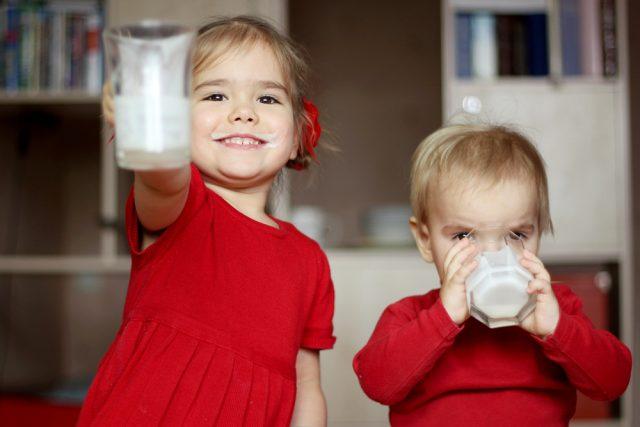bambini che bevono il latte
