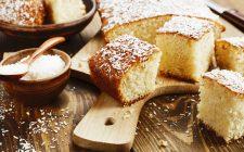 La torta al cocco con lo yogurt per la colazione
