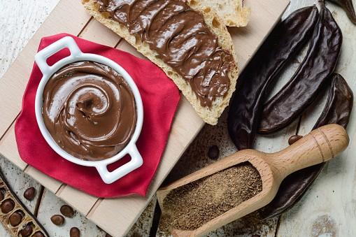 La ricetta della torta con farina di carrube e cioccolato
