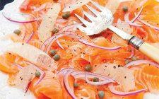 L'insalata natalizia con salmone per l'antipasto festivo