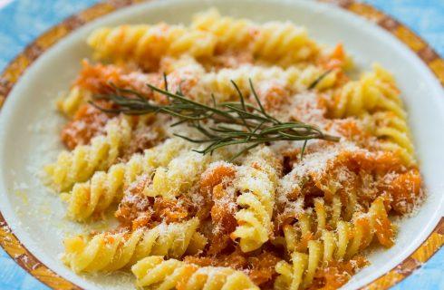 La pasta al forno con zucca, besciamella e stracchino con la ricetta facile