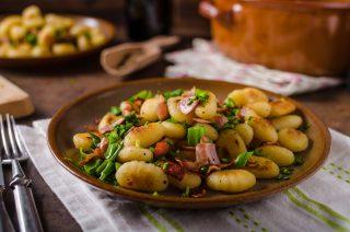 Gnocchi con pancetta e scalogno, un primo piatto invernale