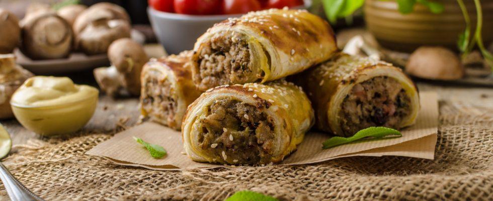 Sausage rolls con funghi, fagottini croccanti di pasta sfoglia