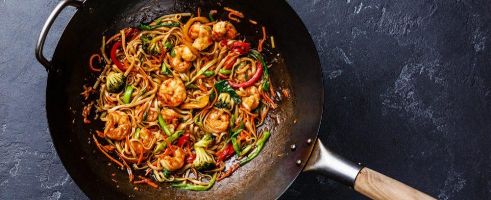 Noodles saltati con gamberi: dalla cucina orientale