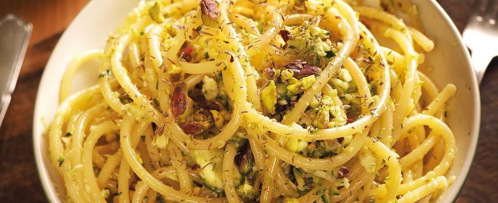 Bucatini con pesto di zucchine e pistacchi fatti con il bimby: ecco come si preparano