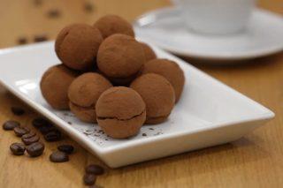 Cake pops tiramisù: palline di pan di Spagna ripiene di crema al cacao e nocciole