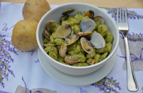 Chicche di patate con pesto e vongole: a pranzo con il bimby