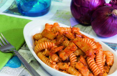 Fusilli con seitan affumicato e pomodori: primo piatto vegano