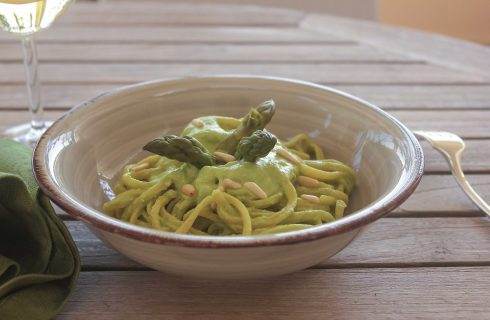 Linguine con asparagi e pinoli: si preparano con il bimby