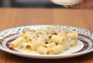 Pasta 4 formaggi con salsiccia, un primo piatto sostanzioso