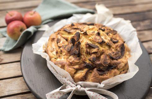 Torta di mele e mandorle, un dolce soffice e croccante