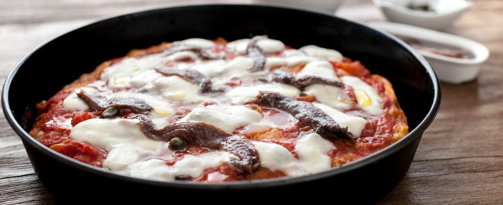 Ode alla tradizione con la pizza in teglia con alici e capperi
