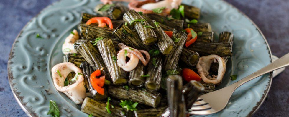 Tortiglioni moscardini e nero di seppia: primo di mare