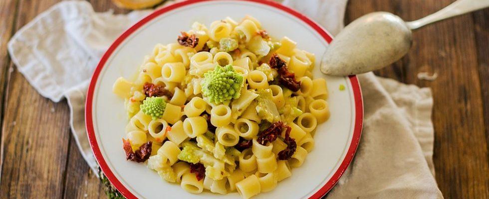 Ditali con broccolo romanesco, pomodori secchi e alici