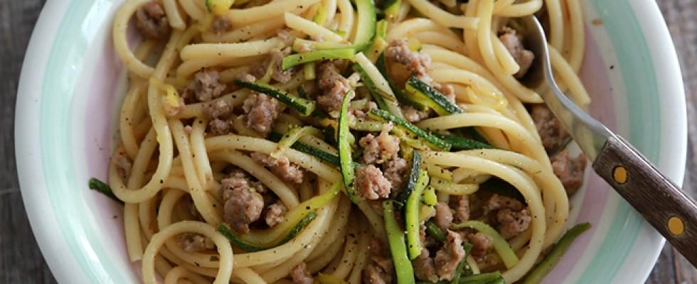 Pasta con sugo di salsiccia e zucchine: primo ricco