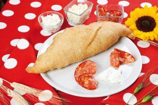 Pizza fritta con salame piccante: sapori intensi