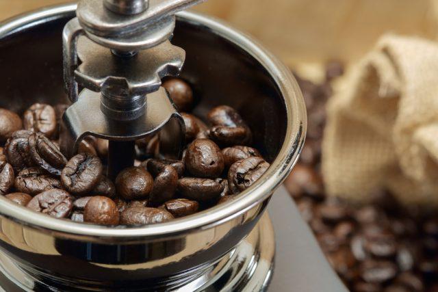 macinare chicchi di caffè