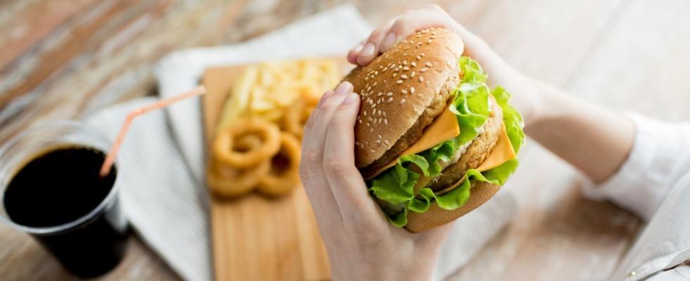 Mangiare al fast food è come contrarre un'infezione?