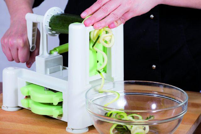 spaghetti-di-zucchine-con-pesto-di-sedano-a1806-2