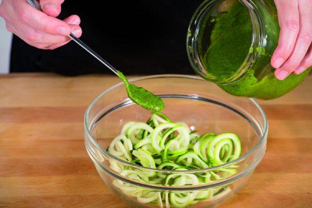 spaghetti-di-zucchine-con-pesto-di-sedano-a1806-6