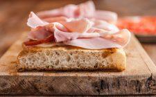 Prosciutto cotto e formaggio, ecco come è la pizza perfetta per lo spuntino