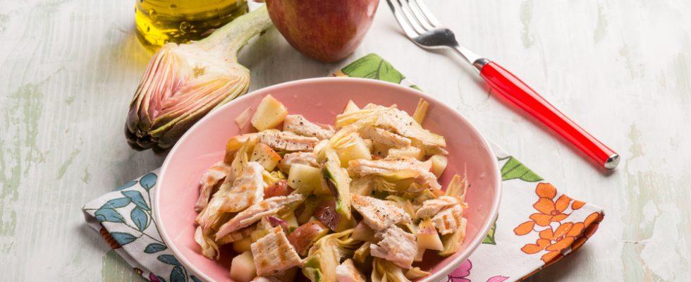 Insalata di pollo, mele e carciofi: pranzo leggero e con gusto