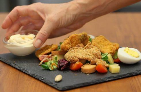 Insalata ricca di pollo, croccante e appetitosa