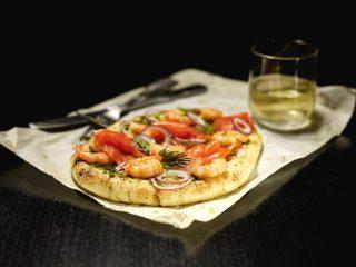 Pizza con salmone, gamberi e cipolla: da fare con il bimby