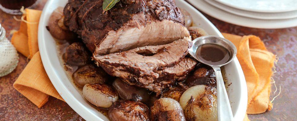 Lombata di maiale al forno con cipolline e vino rosso